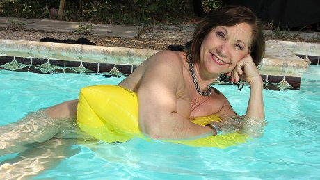 Horny Mature Lady Fooling Around With Her Pussy At The Pool