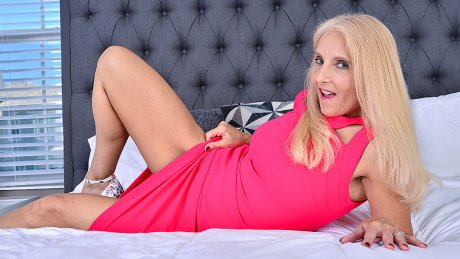 Mature Chery Leigh Loves Playing With Her Toys