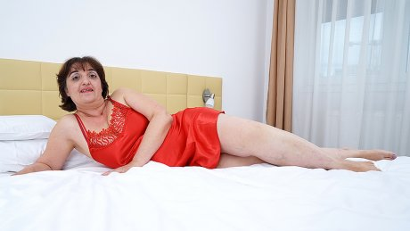 Curvy Mature Malena Loves To Take A Shower And Getting Naughty