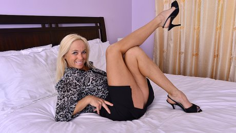 Hot Cougar Dani Dare Showing Off Her Steamy Body