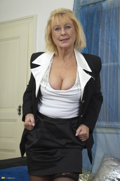 Naughty mature lady getting very dirty