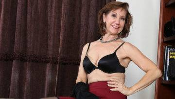 American Housewife Loves Her Toy - presnted by Mature.nl