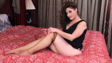 American Mom Kat Playing With Herself - presnted by Mature.nl