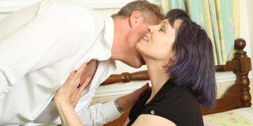 Big Breasted British Temptress Fucking In Bed - presnted by Mature.nl