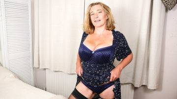 Big Breasted Camilla Playing With Her Pussy - presnted by Mature.nl