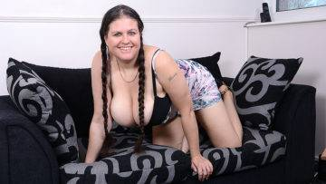 Big Breasted Housewife Denise Davies Loves Playing Alone - presnted by Mature.nl