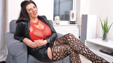 Big Breasted Housewife Lulu Gettng Very Naughty - presnted by Mature.nl