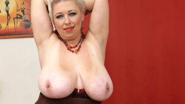Big Breasted Mature Slut Playing With Herself - presnted by Mature.nl