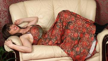 British Hairy Housewife Getting Very Naughty - presnted by Mature.nl