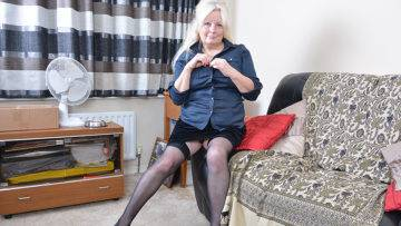 Chubby Mature Lady Playing With Her Pussy - presnted by Mature.nl