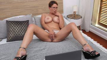 Curvy Big Breasted Nympho Playing With Her Shaved Pussy - presnted by Mature.nl