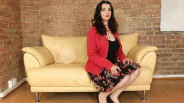 Curvy Housewife Having Fun With Her Toy Boy - presnted by Mature.nl