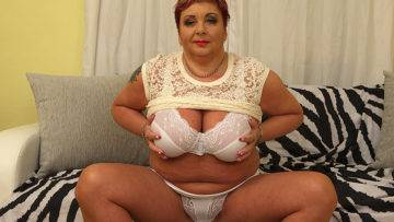 Curvy Mature Bbw Playing With Herself - presnted by Mature.nl