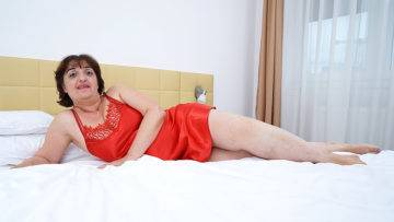 Curvy Mature Malena Loves To Take A Shower And Getting Naughty - presnted by Mature.nl