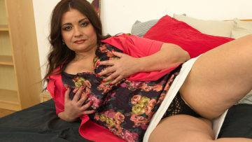 Curvy Milf Playing With Her Pussy - presnted by Mature.nl