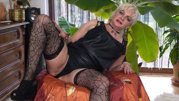 Curvy Shaved Mature Lady Playing With Herself - presnted by Mature.nl