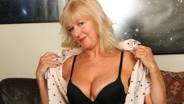 Horny Housewife Getting Herself Wet And Wild - presnted by Mature.nl