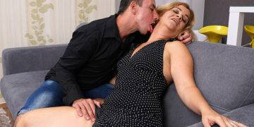 Horny Housewife Sucking A Hard Cock - presnted by Mature.nl