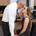 Horny Housewife Sucking And Fucking Her Lover - presnted by Mature.nl