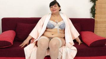 Horny Mature Bbw Getting Ready For A Big Dildo - presnted by Mature.nl