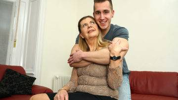 Horny Mature Lady Sucking And Fucking Her Toy Boy - presnted by Mature.nl