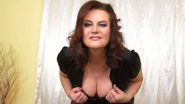 Horny Mature Temptress Playing With Herself - presnted by Mature.nl
