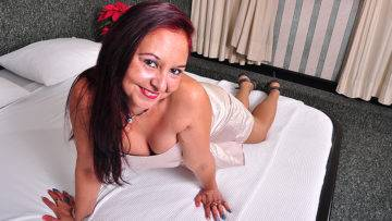Latin Housewife Bella Turns On The Heat - presnted by Mature.nl