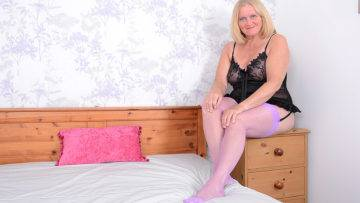 Mature Antoinette Loves Getting Very Naughty With Her Comb - presnted by Mature.nl
