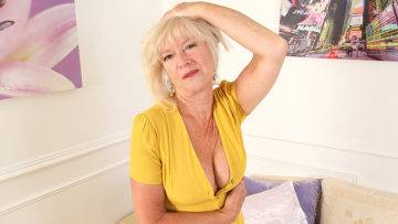 Mature Emily Jane Loves To Play With Her Pussy - presnted by Mature.nl