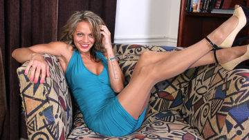 Naughty American Milf Playing With Herself On The Couch - presnted by Mature.nl