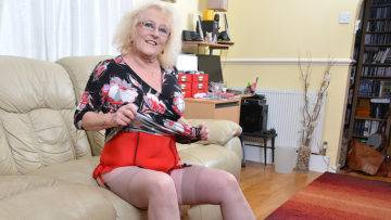 Naughty Chubby Mature Lady Playing With Her Pussy - presnted by Mature.nl