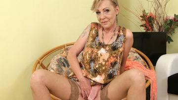 Naughty Housewif Playing With Her Unshaved Pussy - presnted by Mature.nl
