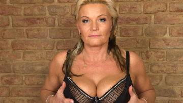 Naughty Housewife Getting Wet And Wild - presnted by Mature.nl