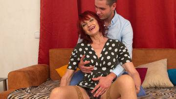 Naughty Housewife Having Fun With The Guy Next Door - presnted by Mature.nl
