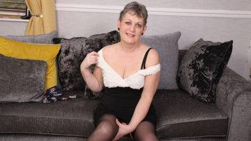 Naughty Mature Lady Playing With Her Pussy - presnted by Mature.nl