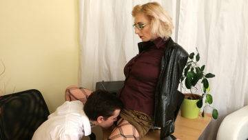 Naughty Mom Seducing A Horny Toy Boy - presnted by Mature.nl