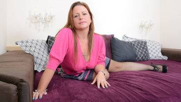 Sexy British Housewife Turning Herself On - presnted by Mature.nl