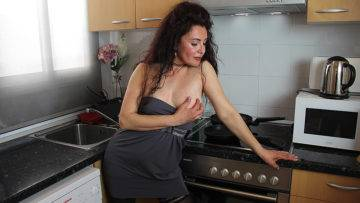 Spanish Housewife Zazel Paradise Playing With A Cucumber - presnted by Mature.nl