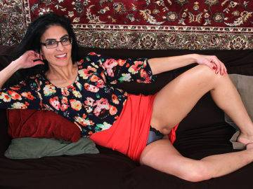This American Housewife Takes The Time To Please Herself - presnted by Mature.nl