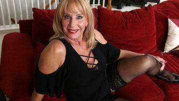 This American Mature Lady Loves To Play With Her Pussy - presnted by Mature.nl
