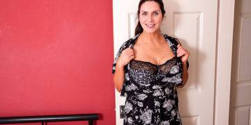 This Big Breasted Milf Is Getting Wet And Wild - presnted by Mature.nl