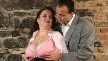 This Curvy Mature Lady Loves Fucking And Sucking - presnted by Mature.nl