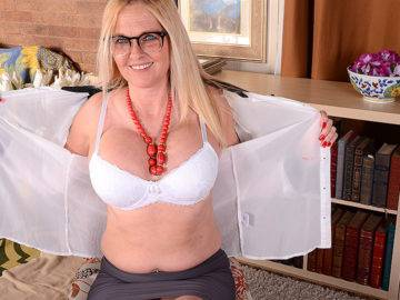 This Naughty American Cougar Is Getting Wet By Herself - presnted by Mature.nl