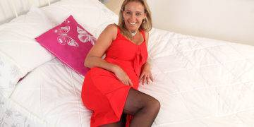 This Naughty Mom Loves To Play With Her Pussy - presnted by Mature.nl