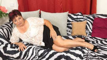 This Unshaved Mature Lady Loves To Play With Herself - presnted by Mature.nl
